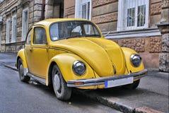 Vecchia automobile gialla Immagine Stock