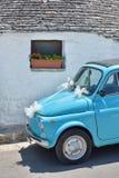 Vecchia automobile italiana sveglia minuscola blu-chiaro decorata per il parc di matrimonio Fotografia Stock Libera da Diritti