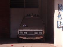 Vecchia automobile polverosa fotografia stock libera da diritti