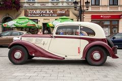 Vecchia automobile Praga, vista laterale, retro automobile di progettazione Immagine Stock