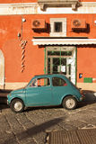 Vecchia automobile in Procida fotografie stock libere da diritti