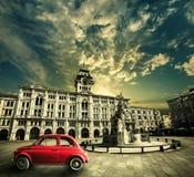Vecchia automobile rossa d'annata, retro scena storica Trieste, Italia Immagini Stock