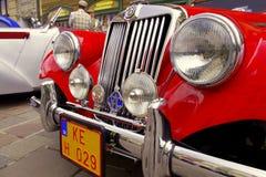 Vecchia automobile rossa dell'annata Fotografie Stock