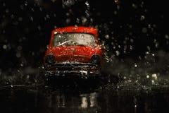 Vecchia automobile rossa in pioggia Fotografia Stock Libera da Diritti