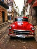 Vecchia automobile rossa sulla via di Avana Fotografia Stock Libera da Diritti