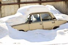 Vecchia automobile russa sotto neve fotografia stock