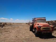 Vecchia automobile in Salar de Uyuni, Bolivia fotografia stock libera da diritti