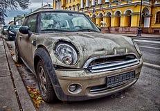 Vecchia automobile sulla via Fotografie Stock