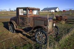 Vecchia automobile in un campo fotografia stock
