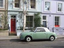 Vecchia automobile verde in strada di Portobello Immagini Stock
