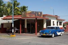 Vecchia automobile vicino al caffè Fotografia Stock Libera da Diritti