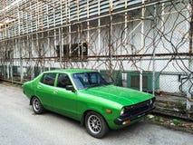 Vecchia automobile vicino al recinto di griglia immagine stock