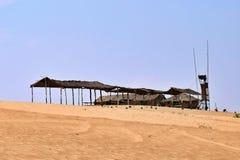 Vecchia azienda agricola di legno in mezzo al deserto fotografie stock libere da diritti