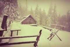 Vecchia azienda agricola nelle montagne all'inverno Immagini Stock