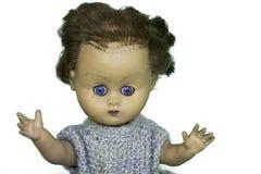 Vecchia bambola del gioco con i capelli ed il braccio di scarsità nell'aria Fotografie Stock Libere da Diritti
