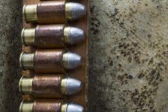 Vecchia bandoliera di cuoio ad ovest con le pallottole del puledro 45 Immagini Stock