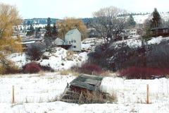 Vecchia baracca nel campo dietro la casa moderna Fotografia Stock Libera da Diritti