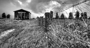 Vecchia baracca nelle montagne Immagini Stock