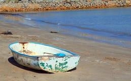 Vecchia barca abbandonata su una spiaggia Immagine Stock