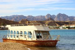 Vecchia barca abbandonata sulla riva del Mar Rosso fotografia stock