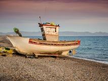Vecchia barca abbandonata sulla spiaggia Fotografia Stock Libera da Diritti