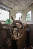 Vecchia barca abbandonata, volante da ottone e legno Timone della nave Timone della barca a vela Immagine Stock