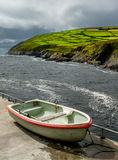 Vecchia barca alla costa dell'Irlanda Fotografia Stock Libera da Diritti