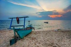 Vecchia barca alla spiaggia Fotografia Stock Libera da Diritti