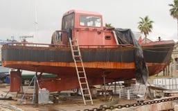 Vecchia barca arrugginita in bacino di carenaggio Immagini Stock Libere da Diritti