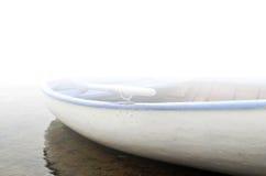 Vecchia barca bianca di legno con i lati fotografie stock