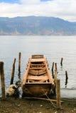 Vecchia barca del libro macchina alla banca del lago Fotografia Stock Libera da Diritti
