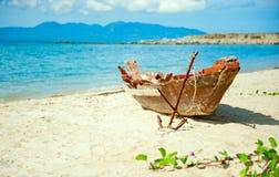 Vecchia barca del pescatore con l'ancoraggio sulla spiaggia Immagine Stock Libera da Diritti