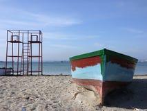 Vecchia barca del pescatore e torretta di sorveglianza Fotografie Stock Libere da Diritti