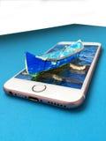 Vecchia barca del pescatore sullo smartphone Fotografia Stock Libera da Diritti