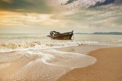 Vecchia barca del relitto sulla spiaggia abbandonata del mare Fotografia Stock