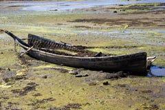 Vecchia barca demolita su una spiaggia costiera Fotografia Stock
