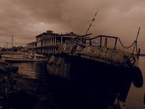 Vecchia barca di fiume arrugginita Filtro da seppia Fotografia Stock Libera da Diritti