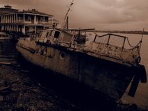 Vecchia barca di fiume arrugginita Filtro da seppia Immagine Stock