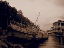 Vecchia barca di fiume arrugginita Filtro da seppia Immagine Stock Libera da Diritti