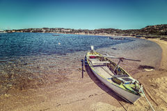Vecchia barca di legno legata sulla sabbia fotografie stock
