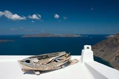 Vecchia barca di rematura sul tetto immagini stock libere da diritti