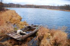 Vecchia barca e lago blu Immagini Stock Libere da Diritti
