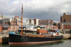 Vecchia barca nel bacino di Liverpool Fotografie Stock