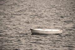 Vecchia barca nel mare fotografia stock libera da diritti