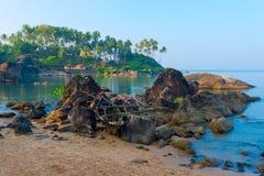 Vecchia barca nelle rocce alla spiaggia Fotografia Stock Libera da Diritti