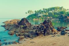 Vecchia barca nelle rocce alla spiaggia di Goa Fotografia Stock Libera da Diritti
