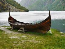 Vecchia barca, rocce della riva del lago Fotografia Stock