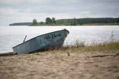 Vecchia barca sul fiume Fotografie Stock Libere da Diritti
