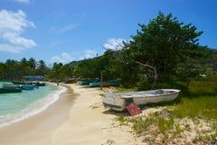 Vecchia barca sulla riva dei Caraibi Immagine Stock