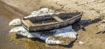 Vecchia barca sulla spiaggia Immagini Stock
